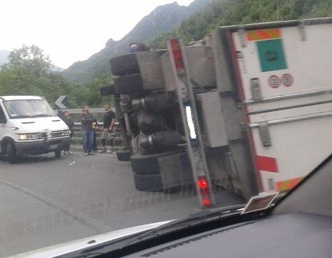 ribaltamento-camion-costone_valseriananews