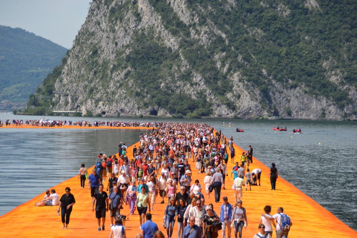 The Floating Piers, riviviamo l'emozione di camminare sull'acqua – video