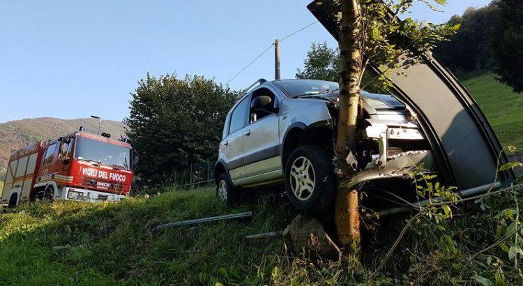 Cene: finisce fuori strada con l'auto in Valle Rossa, intervengono i vigili del fuoco