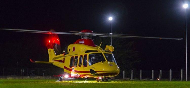21enne cade dalla finestra del bagno di un bar ad Ardesio, intervento in notturna dell'elisoccorso