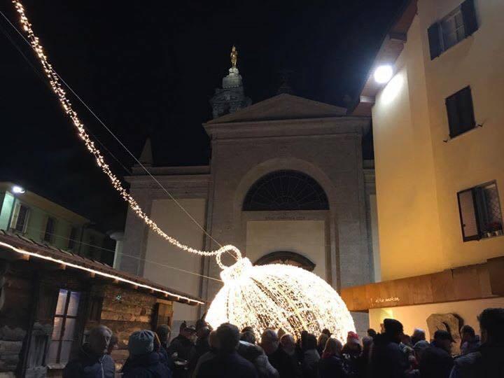 gazzaniga-pallanatale-luminarie2016-piazza