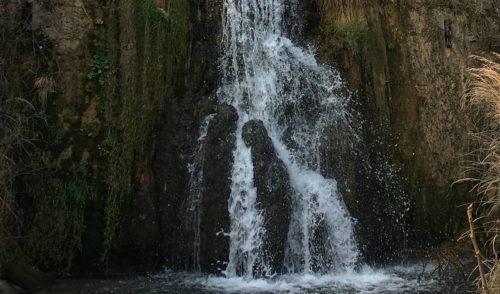Lo spettacolo della natura, due persone nella cascatella del Rovaro – foto