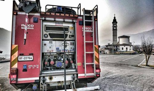 Cassonetto prende fuoco a Cerete Alto, sul posto i vigili del fuoco