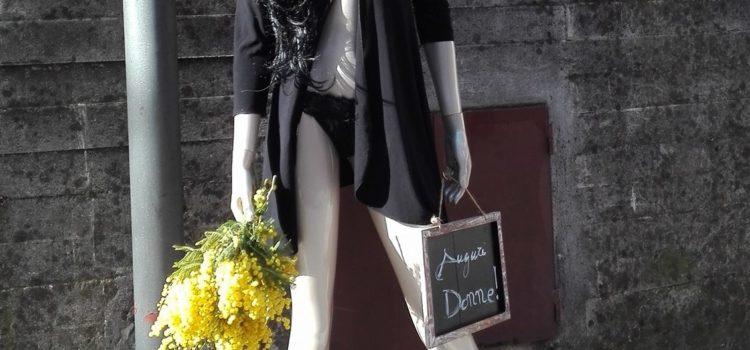 W le donne: a Cazzano il manichino di Debora aiuta la sicurezza