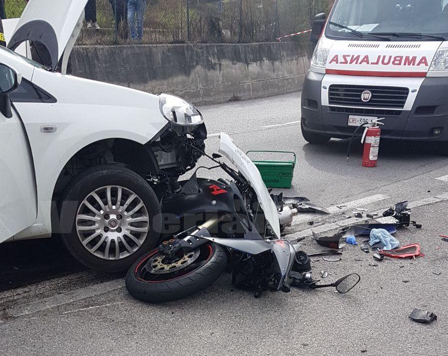 Moto contro un'auto a Casnigo Muore 36enne, traffico bloccato