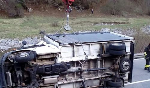 Ardesio, camion nel fiume recuperato da una gru