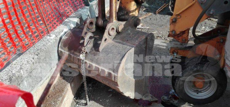 Clusone, operaio schiacciato dalla pala dell'escavatore in gravi condizioni