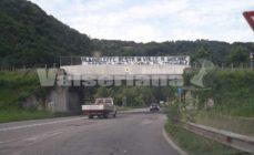 """""""Bergamo non ti vuole al Comunale"""", lo striscione sul ponte della Val Gandino contro l'AlbinoLeffe"""