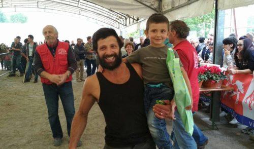 Papà Giulio e il piccolo Mirko vincono la gara di mungitura a Clusone