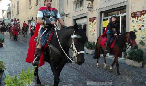Fiera Zootecnica: la sfilata equestre incanta Clusone, lunedì si elegge la Regina