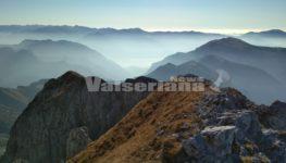 In vetta al Pizzo Corzene ammirando l'Alta Val Seriana a 2200 metri di quota – Foto