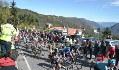 Ciclismo: Giro di Lombardia. Il passaggio al Colle Gallo – Foto e video