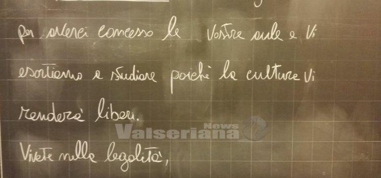 Carabinieri dal cuore tenero, messaggi sulle lavagne a Nese e Vall'Alta