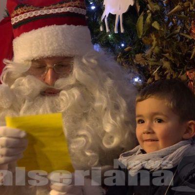 Addobbi, folletti e laboratori: il video della Casa Bergamasca di Babbo Natale a Lovere