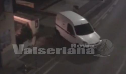 """Il video della fuga dei ladri a Pradalunga, i titolari del bar: """"Non si può andare avanti così"""""""