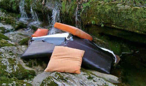Alzano, ennesimo atto incivile: il torrente diventa una discarica