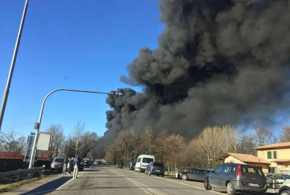 A21, camion cisterna a fuoco: sei morti