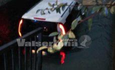 Auto nel canale a Comenduno di Albino, nessun ferito