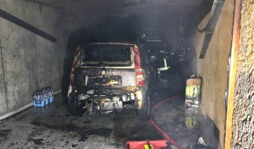 Due auto in fiamme a Parre, sul posto i vigili del fuoco – foto