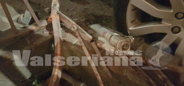 Leffe: auto finisce contro il muro, tranciato il tubo del gas
