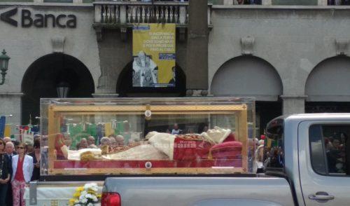 L'Urna del Santo Papa Giovanni accolta a Bergamo da 3mila fedeli – Video