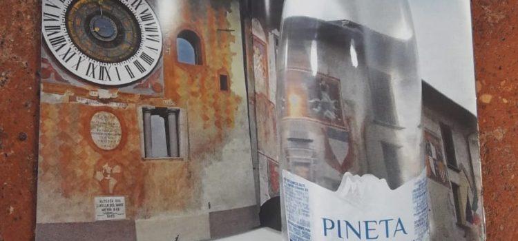 L'orologio planetario di Clusone sulle etichette dell'acqua Pineta