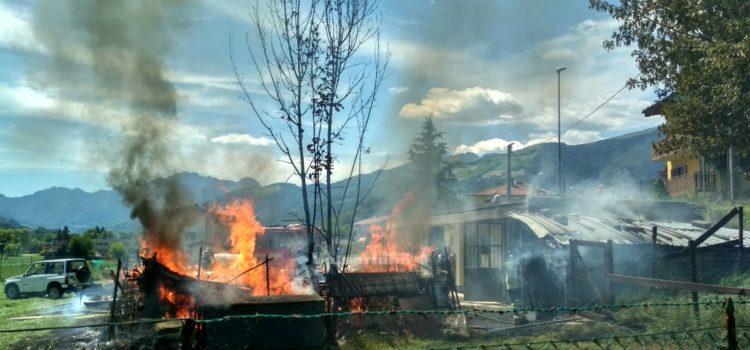 Incendio deposito a Clusone, sul posto i Vigili del fuoco – Foto
