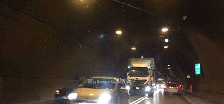 Traffico in Valle Seriana: auto guasta ferma in galleria Montenegrone