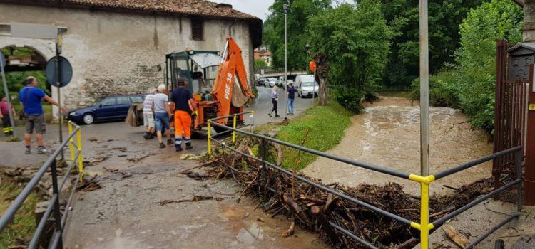 Forte maltempo, a Nembro un ponte bloccato dai detriti