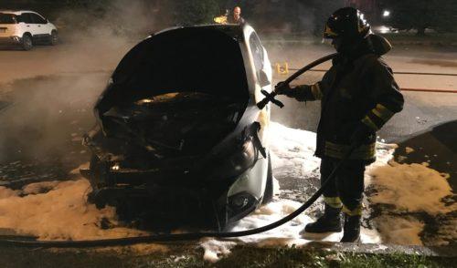 Clusone, auto in fiamme in un parcheggio