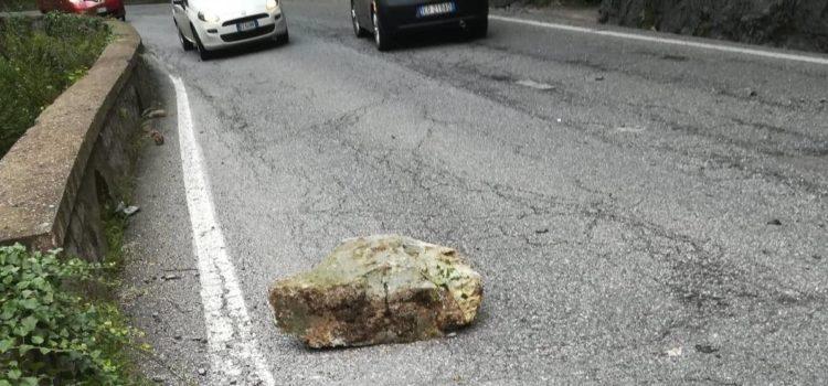 """""""Zero manutenzione lungo la via Mala"""", dopo la caduta del masso lo sfogo su Facebook"""