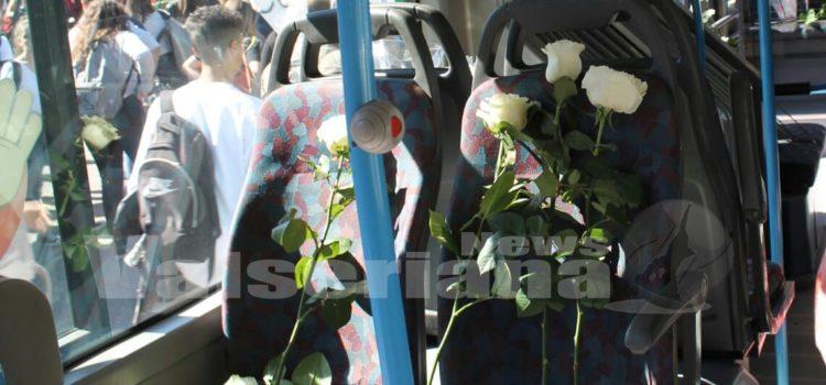 Albino, gli studenti ricordano Luigi: fiori bianchi e pullman vuoti