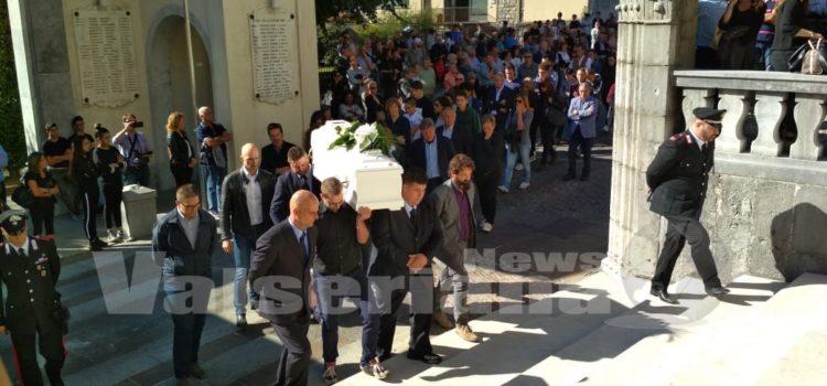 Ardesio, folla per l'ultimo saluto a Luigi – foto