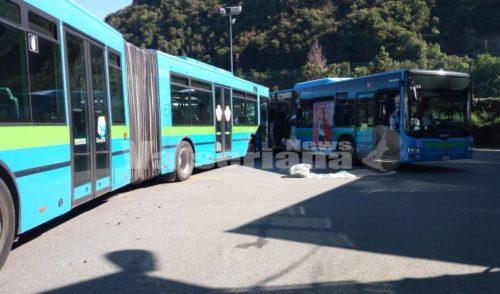 Scontro tra autobus, 14enne muore in ospedale. 16enne in gravissime condizioni