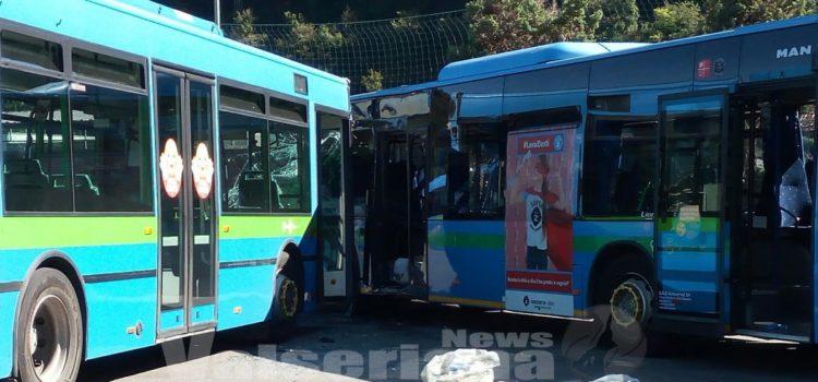 Scontro bus a Gazzaniga, autista accusato di omicidio stradale. Indagati i vertici Sab