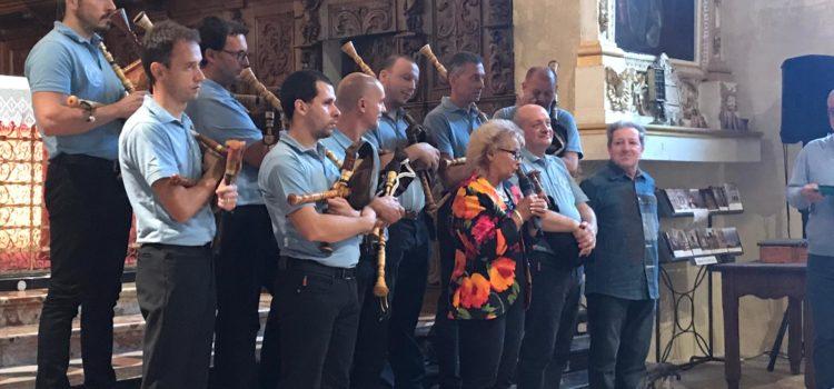 I suoni del Baghet e delle cornamuse incantano il pubblico alla Ss.Trinità di Casnigo