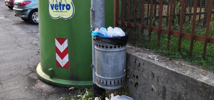 """Clusone, """"Campane e cestini come discariche, sarebbe meglio eliminarli?"""" – la segnalazione"""