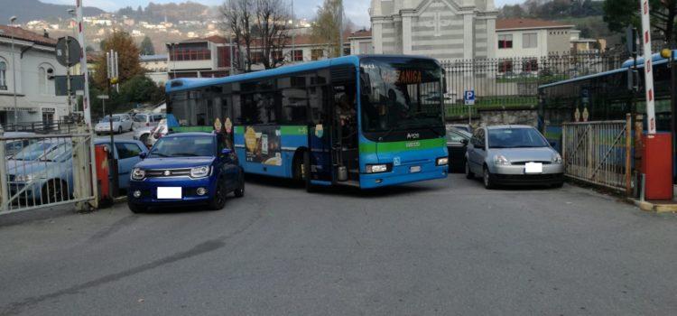 Gazzaniga, in stazione caos anche per le auto – la denuncia