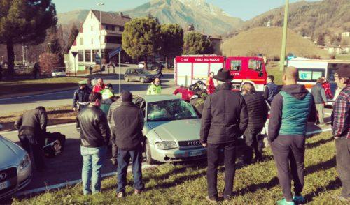 Scontro fra due auto e un pulmino a Clusone, soccorsa 56enne