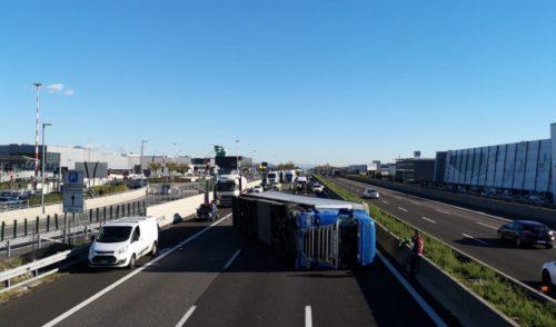 Tir si ribalta in A4 all'altezza di Orio, nessun ferito e autostrada chiusa