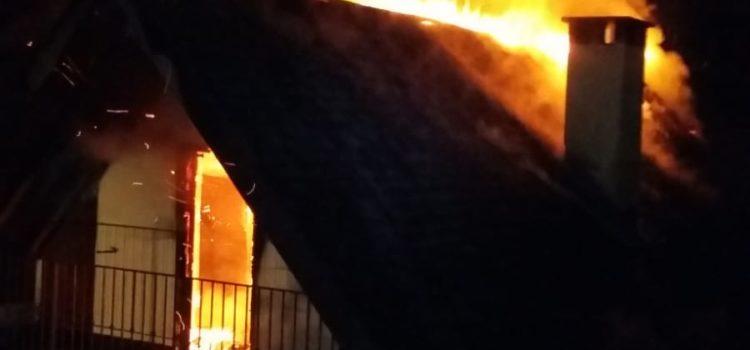Abitazione prende fuoco nella notte a Colzate in fiamme 120 metri quadri di tetto – Foto