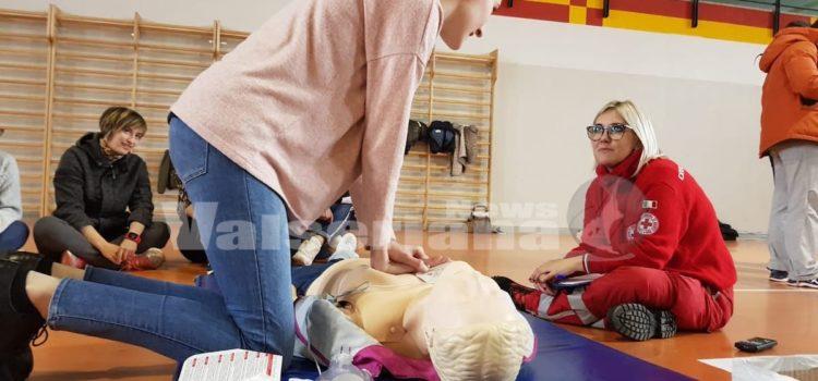 Gli studenti di Clusone imparano a salvare la vita con il defibrillatore – foto