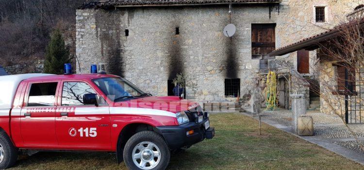 Incendio cascinale a Gazzaniga, sul posto i Vigili del fuoco