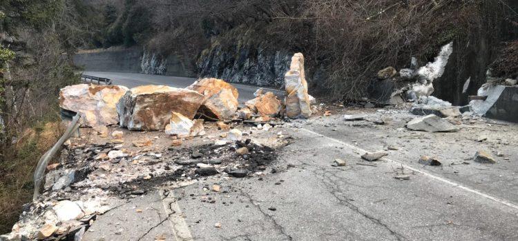 Frana colpisce auto in sosta, strada chiusa ad Ardesio – foto