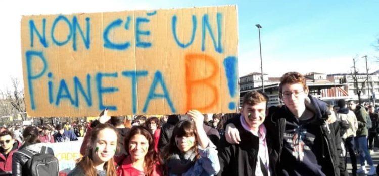 Migliaia di ragazzi a Bergamo, in piazza per il proprio futuro – foto