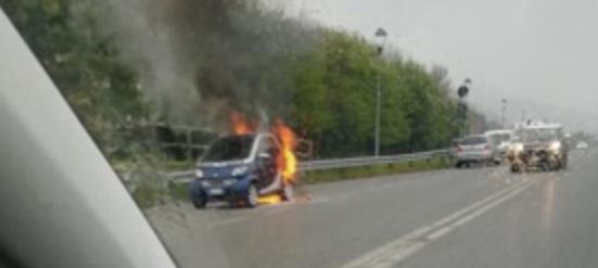 Auto in fiamme ad Alzano, sul posto i Vigili del fuoco