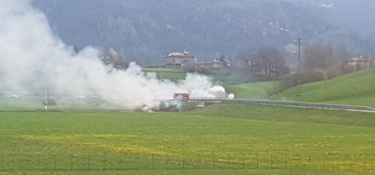 Incendio a Clusone, fumo in strada ostacola la visibilità