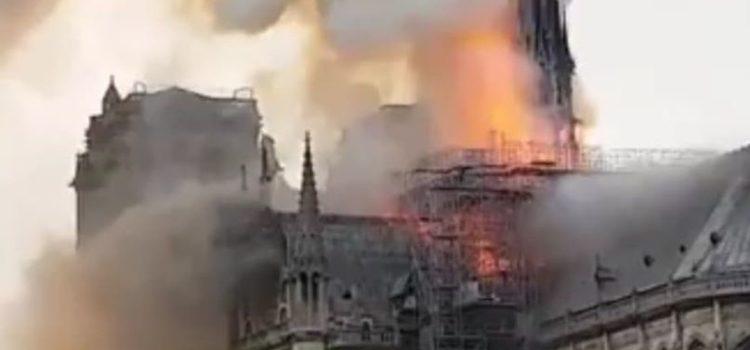 Parigi, brucia la cattedrale di Notre Dame