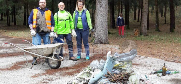 Clusone, volontari al lavoro per pulire la Pineta – foto e video