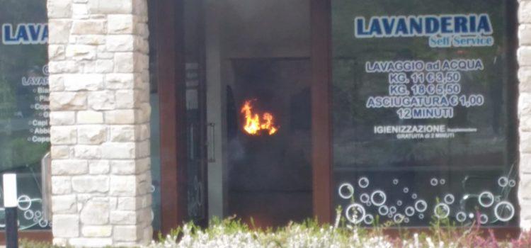 Fiamme in una lavanderia a Clusone, sul posto i Vigili del fuoco